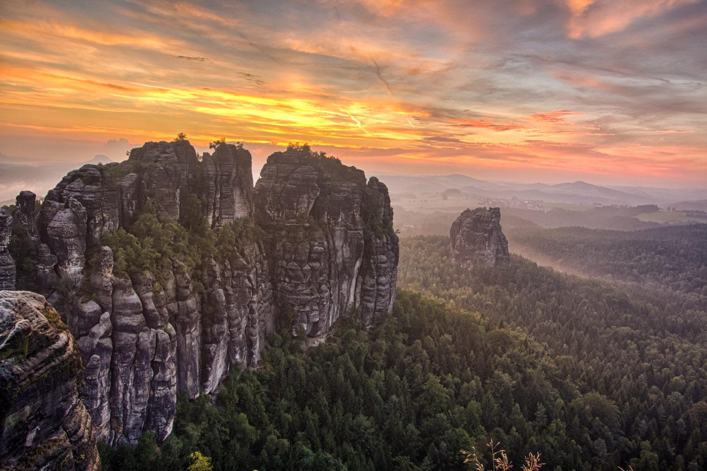 Der hohe und mittlere Torstein vor der untergehenden Sonne